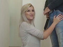 Hermosa estudiante Checa participa en un trios caseros de maduras striptease.